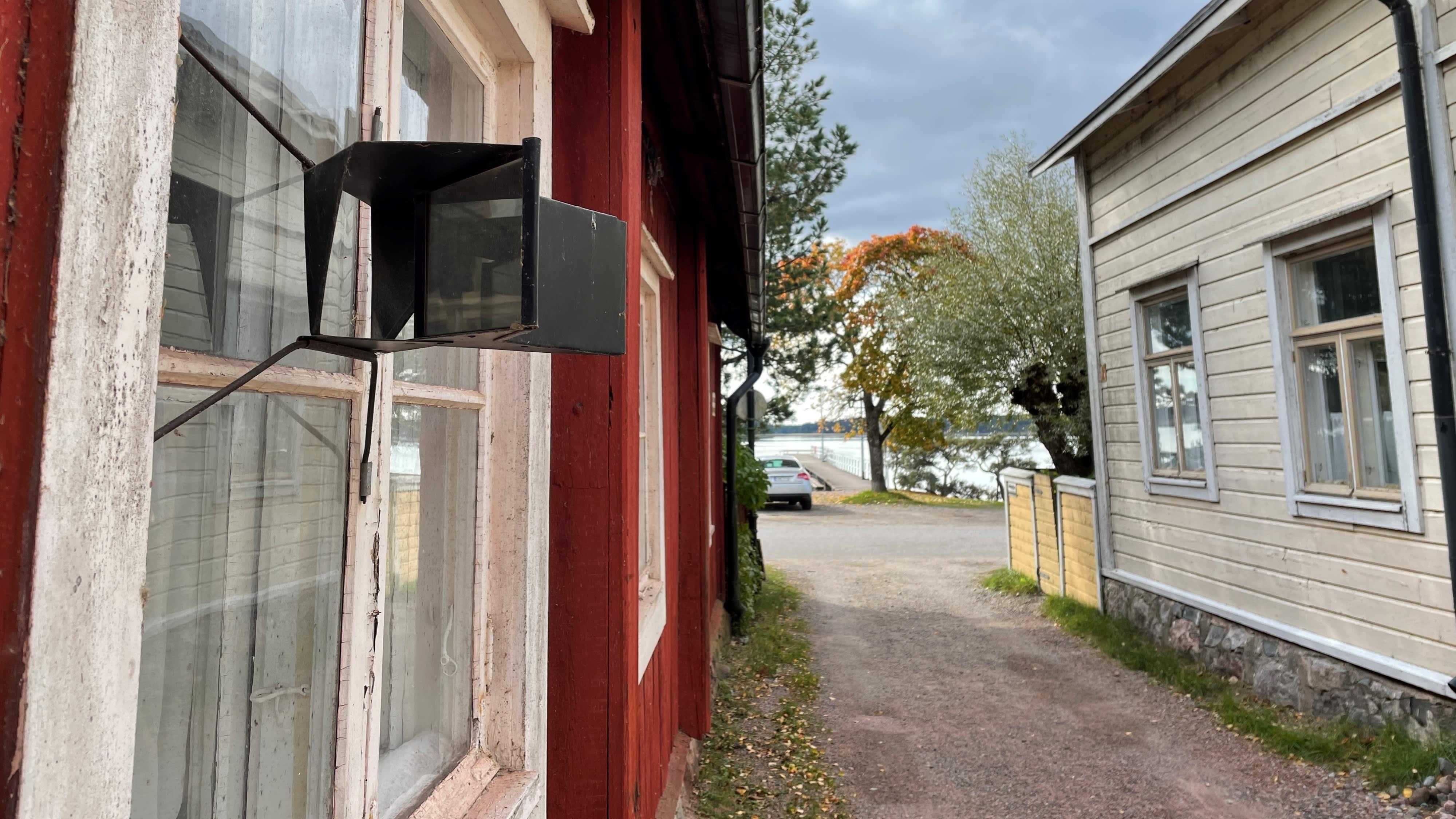 Niin sanotusta juorupeilistä voi tarkkailla katujen ja kujien tapahtumia huomaamatta sisätiloista. Tammisaaren Liinakankurinkadun vanhimmat talot ovat 1700-luvun lopusta.