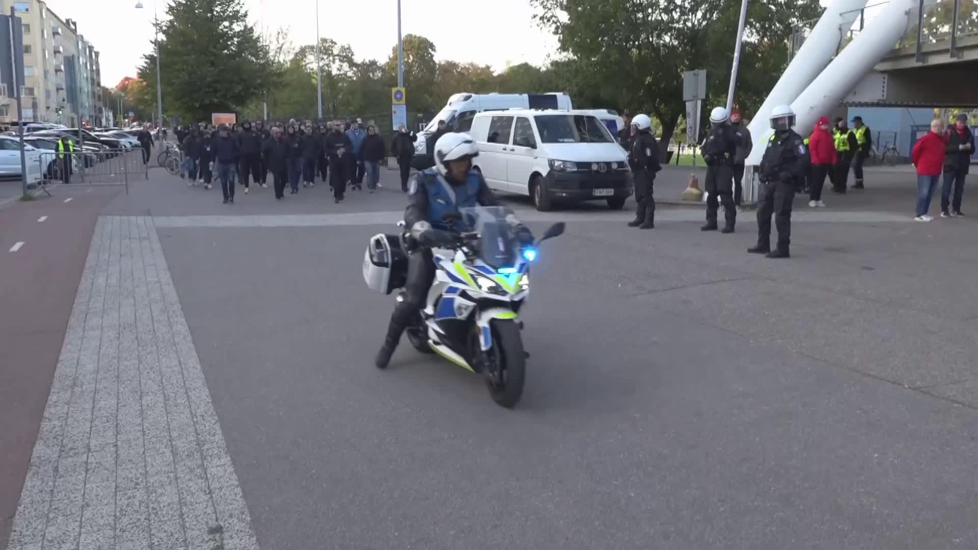 HJK-kannattajat marssivat kohti paikallistaistoa