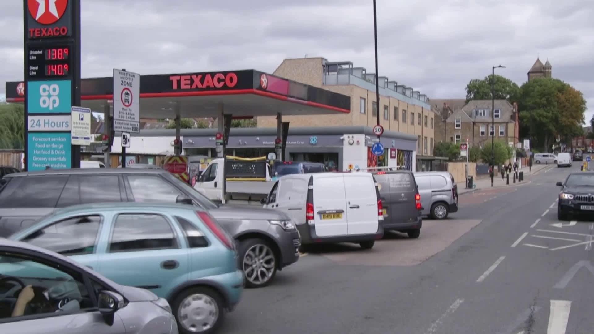 Lontoolaisella huoltamolla bensapula turhauttaa