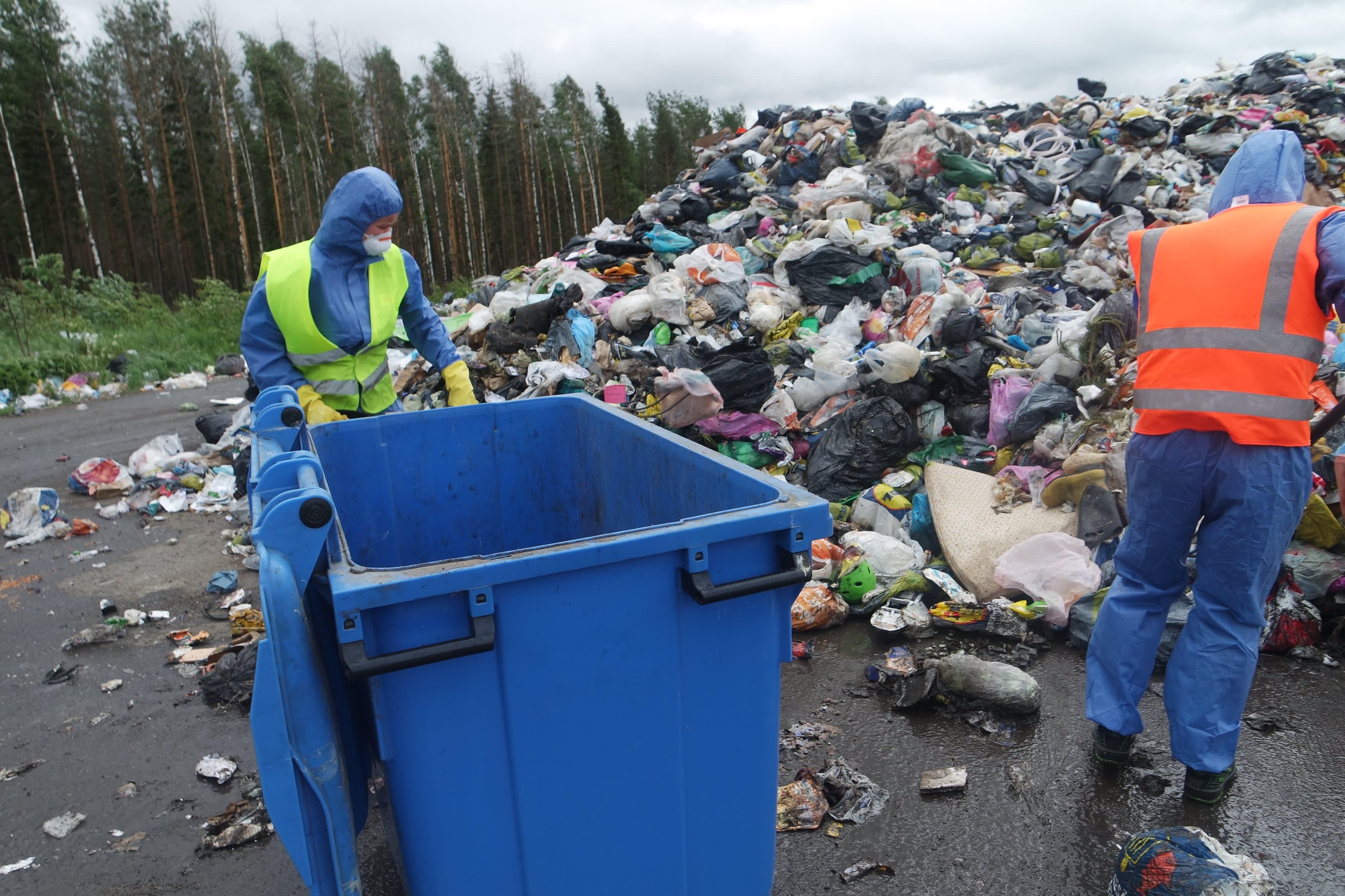 Sekajätetutkimuksen tekoa Sammakkokankaan jäteasemalla kesällä 2021
