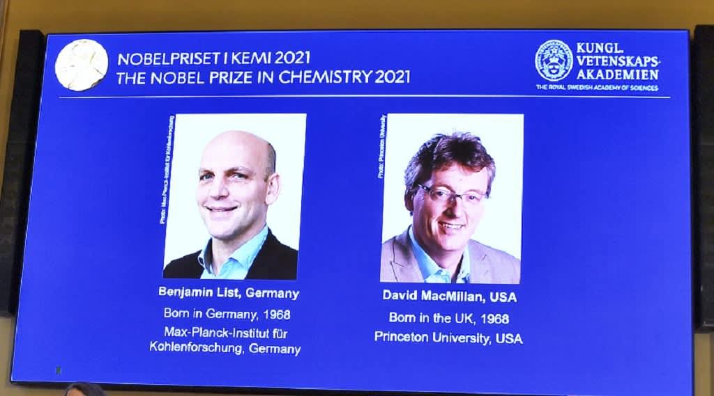 Benjamin List ja David MacMillan Ruotsin kuninkaallisen tiedeakatemian näyttöruudulla.