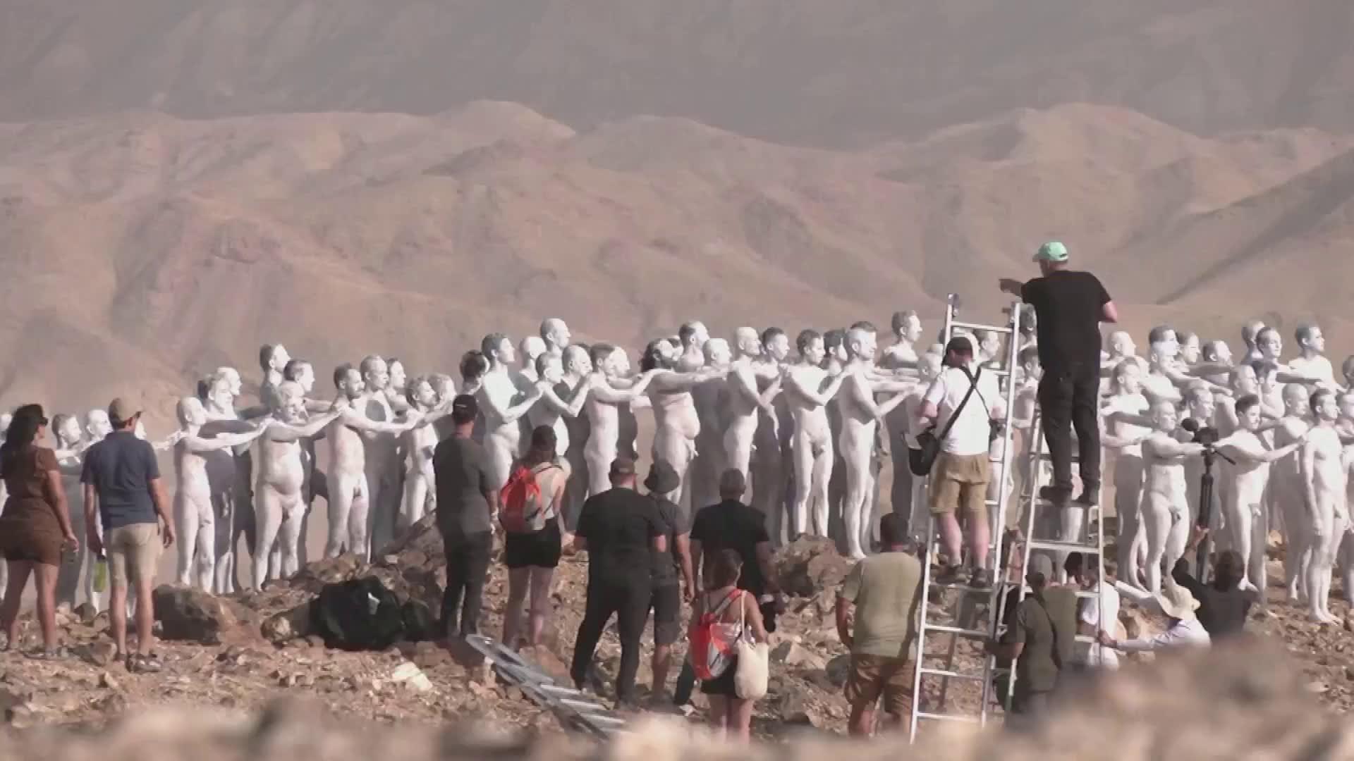 Spencer Tunick sai sadat ihmiset luopumaan vaatteistaan Kuolleenmeren puolesta
