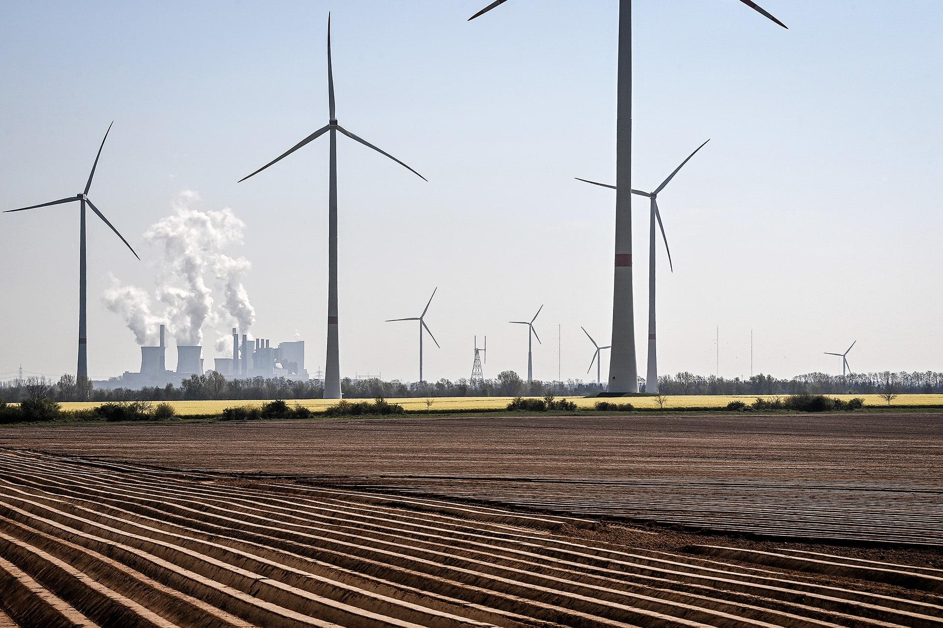 Hiilivoimala ja tuulivoimaloita Neurathissa Saksassa.