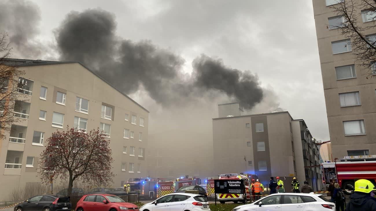 Porvoon Pormestarinkadun kerrostalopalon sammuttaminen jatkuu vielä tuntien ajan.