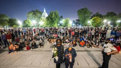 Surijoita Yhdysvaltain korkeimman oikeuden edustalla Washingtonissa.