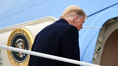 Donald Trump nousee lentokoneeseen.