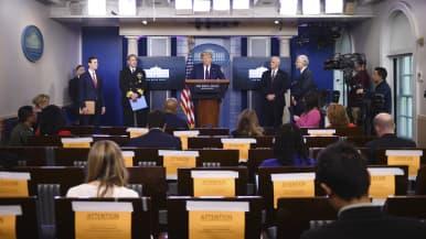 Donald Trump pitää tilannekatsausta Valkoisessa talossa.