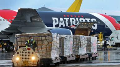 Massachusettsin kuvernööri sai apua jalkapalloseura New England Patriotsilta hengityssuojainten tuomiseksi Kiinasta. Seuran kone toi Bostoniin torstaina yli miljoona N95-hengityssuojainta.