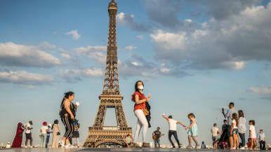 Ulkoilijoita Eiffelin tornin lähettyvillä Ranskan Pariisissa.