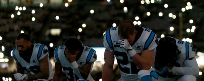 Carolina Panthersin pelaajat polvistuneena ennen otteluaan New Orleansia vastaan vuonna 2019.