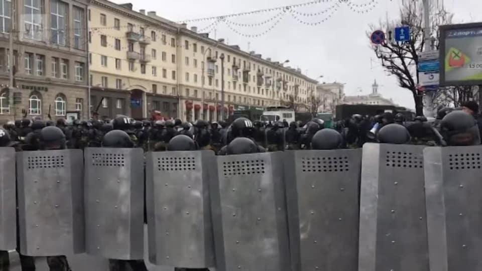 Over 80 gripna i protest mot polisvald