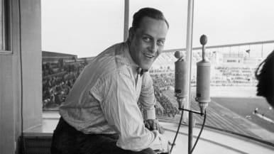 Martti Jukola selostaa kilpailuja Olympiastadionilla.
