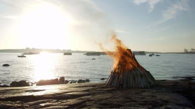 Juhannuskokko palaa merenrannassa.