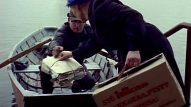 Postia kuljetetaan soutuveneellä tulvivalla Pohjanmaalla 1970