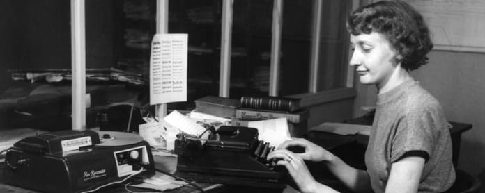 Nainen kirjoittaa kirjoituskoneella.
