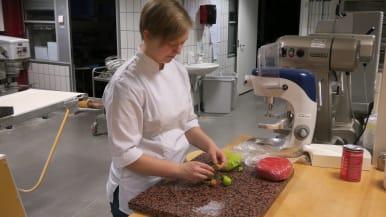Leipuri-kondiittoriksi opiskeleva Aili Akkanen kiittelee Espoon Omniassa lukiokurssien aikataulujen sopineen hyvin yhteen ammatilliste opintojen kanssa.