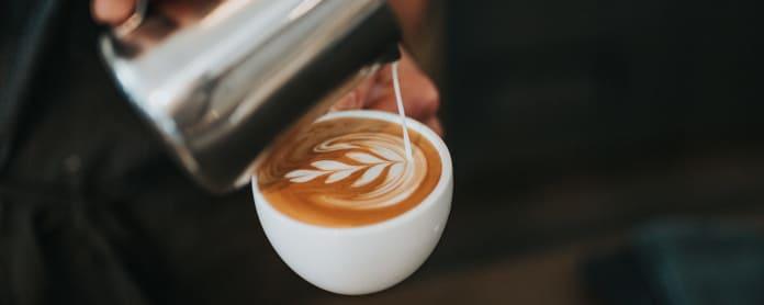 maitovaahtoa kaadetaan cappuccinon päälle
