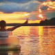 Koululainen kelluu uimapatjalla järvellä