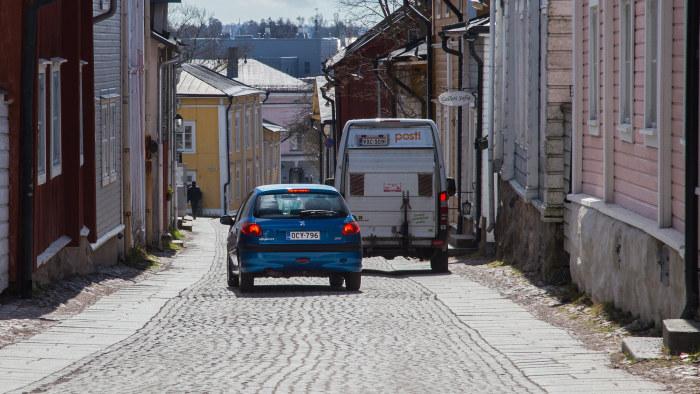 Bil rammade barnvagnar i gamla stan