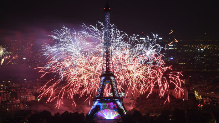 Nationaldagsfirande Frankrike Laddar For Vm Fest Omfattande Sakerhetsarrangemang Da 90 000 Personer Foljer Finalen Vid Eiffeltornet Sport Svenska Yle Fi