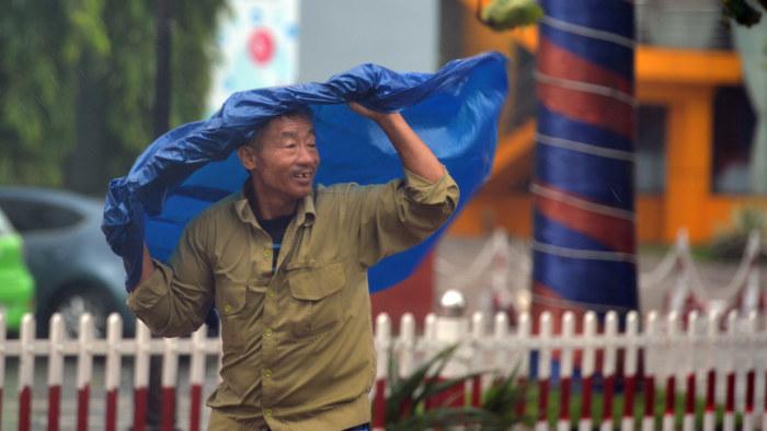 Over hundra doda i tyfon