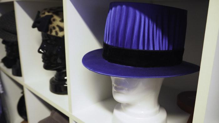 Suomalaisten hatut ovat vaatimattomia — hatuntekijä kannustaa irrottelemaan   fad70877a3