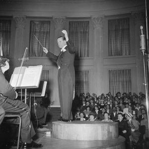 Tauno Hannikainen johtaa Helsingin kaupunginorkesteria ensimmäisellä Sibelius-viikolla 1951 Yiopiston juhlasalissa.
