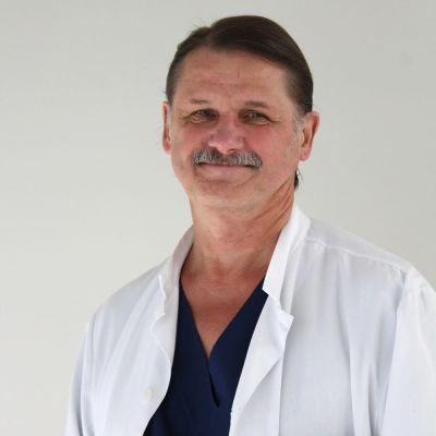 Kjell Nikus, professor i kardiologi, tittar in i kameran klädd i läkarkläder.