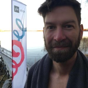 En lite morgontrött Jonas sundström efter att ha vinterbadat