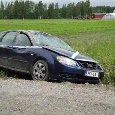 En bil som kört av vägen i Pargas i juli 2015.