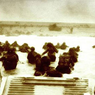 Amerikanska soldater landstiger i Normandie i slutet av andra världskriget