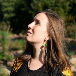 En kvinna i profil.