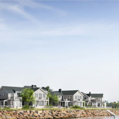 Ljusgrå småhus i två våningar på Drottningberg i Hangö. En vision av hur Regatta Resorts vill bygga.