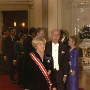 FN:s människorättsobservatör Elisabeth Rehn och hennes man Ove Rehn i slottet 1996.