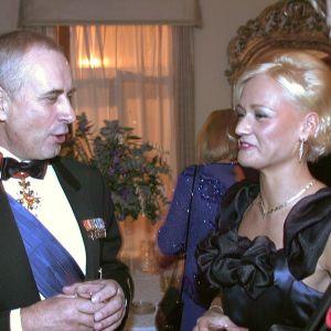 Försvarsmaktens kommendör Gustav Hägglund och riksdagsledamot Outi Siimes i slottet 1996.