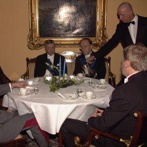 Bland gästerna vid kaffebordet bl.a. John Vikström. Året är 1997.
