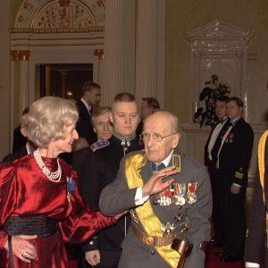 General Adolf Ehrnrooth och hans hustru Karin i presidentens slott 1997.