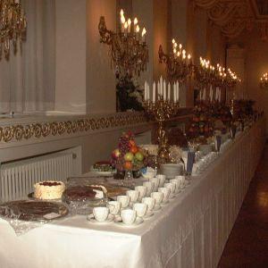 Bordet är dukat för självständighetsfest i presidentens slott. Året är 1998.