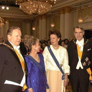 Presidentparet Martti och Eeva Ahtisaari tillsmmans med presidentparet Tellervo och Mauno Koivisto under mottagningen 1996.