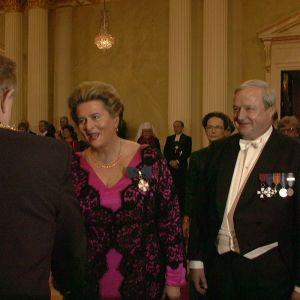 Riksdagens talman Riitta Uosukainen och hennes make Toivo Uosukainen hälsar på president Ahtisaari 1996.