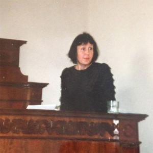 Marja-Liisa Honkasalo aloittaa väitöskirjatilaisuutensa puhetta.