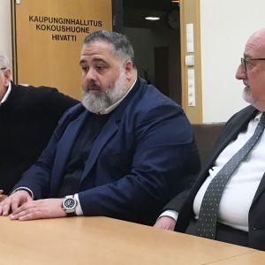 Osanna Groupin hallituksen puheenjohtaja Francesco Osanna (vas.) ja Osanna Advisorsin toimitusjohtaja Luigi Orcese istuvat pöydän ääressä.