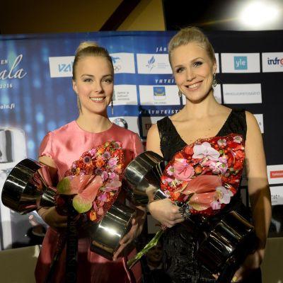 Kiira Korpi ja Minna Kauppi palkintojensa kanssa.