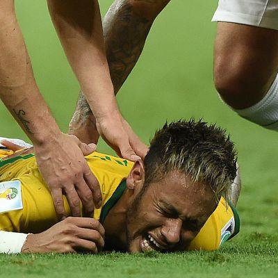 Neymar tuskissaan kentän pinnassa.