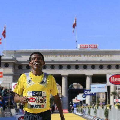 Haile Gebrselassie Wienin puolimaratonin maalissa.