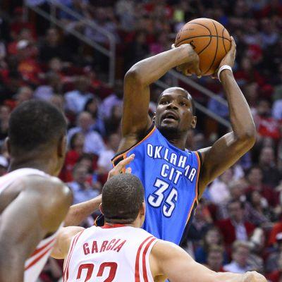 Kevin Durant heittää