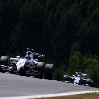 Valtteri Bottas piti Lewis Hamiltonin radalla takanaan.