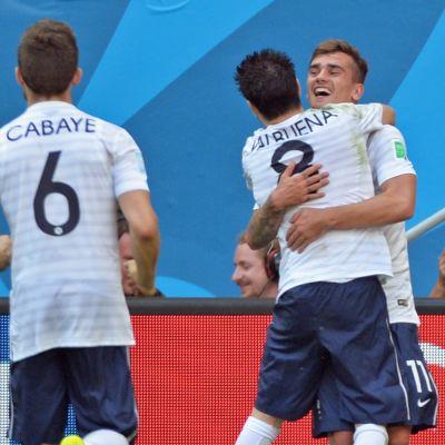Ranskan Yohan Cabaye, Mathieu Valbuena ja Antoine Griezmann juhlivat maalia.
