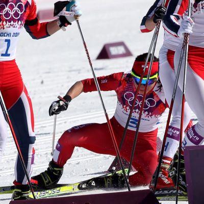 Puolan Justyna Kovalczyk kaatuu Sotshin yhdistelmäkilpailussa.