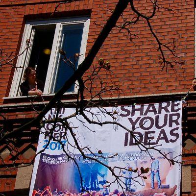Marian sairaalan rakennus viisi on Marian ilmestys -festivaalin päätapahtumapaikka. Olga Penkkilä ja Anni Takkinen ripustavat rakennuksen seinälle banderollia.